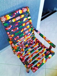 Cadeira de madeira revestida em chitão, tecido 100% algodão. Reciclada, essa peça ganhou todo cuidado e carinho para decorar com estilo sua casa.  Revestimento selado para proteção do tecido e facilidade na limpeza da peça.    *Cadeira de madeira reciclada,  *Tecido 100% algodão,  *Ecológica.  *P...