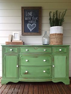 Refinishing Furniture With Chalk Paint Fabric Chairs - - Repurposed Furniture Videos DIY Farmhouse Style - Furniture Makeover Videos Ideas - - Green Painted Furniture, Chalk Paint Furniture, Colorful Furniture, Repurposed Furniture, Shabby Chic Furniture, Furniture Projects, Furniture Makeover, Furniture Websites, Green Distressed Furniture