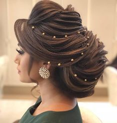 Pakistani brides always have us swooning! From their stunning bridal outfits to natural yet gorgeous makeup looks, every bit of their bridal look is exquisite. Pakistani Bridal Hairstyles, Indian Hairstyles, Bride Hairstyles, Trending Hairstyles, Celebrity Hairstyles, Bridal Hair Buns, Bridal Hairdo, Romantic Bridal Hair, Wedding Updo