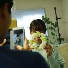 """一会レッスン on Instagram: """"キューンと可愛いのでこれが300記念投稿🎈  ご両親贈呈用のプレゼントのお花を作った後、 余ったお花でミニリースを。  #花束贈呈  #椿山荘 #椿山荘花嫁 #ブーケワークショップ  #ワークショップ  #ブーケ一会 #プリザーブドフラワー  #プリザーブド…"""" Presents, Crown, Flowers, Instagram, Gifts, Favors, Corona, Royal Icing Flowers, Gift"""