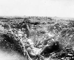 Original title:  Un emplacement de mitrailleuse sur la crête du Plateau de Vimy et les hommes qui en ont chassé les Allemands durant la bataille du Plateau de Vimy.