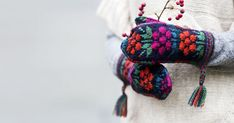 ET-lehti on aloittanut ihanien maakuntalapasten sarjan. Ensimmäisenä sarjassa julkaistaan Kainuun perinnelapasten ohje. Knitted Mittens Pattern, Knit Mittens, Diy And Crafts, Knitting, Bracelets, Jewelry, Knits, Finland, Fashion