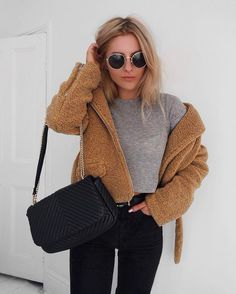 Cozy winter: grey crop top with black jeans and a brown fuzzy zip up jacket. Love this outfit idea for running errands, looking casual or street style. Nyc Street Style, Street Style Jeans, Street Styles, Casual Outfits, Cute Outfits, Fashion Outfits, Fashion Trends, Fashion Bloggers, Latest Fashion
