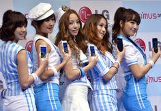 都内で開かれたNTTドコモ2011年夏モデル「Optimus Bright」の発売記念イベントに登場した韓国の5人組ガールズグループ「KARA(カラ)」のメンバー(2011年6月17日撮影)。(c)AFP/Yoshikazu TSUNO ▼18Jun2011AFP|KARAが都内イベントでPR、ドコモ夏のスマートフォン http://www.afpbb.com/articles/-/2807126 #KARA #Tokyo