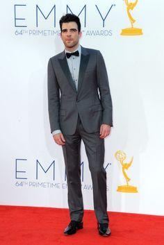 Zachary Quinto, guapísmio en un traje gris, con camisa azul y solapas en un ligero contraste. La corbata de moño nunca había lucido tan chic.