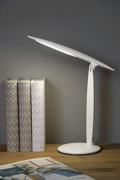 Lampa Jara LED sprawdzi się jako oświetlenie biurkowe w biurze czy gabinecie. Panel świetlny można przechylić do maksymalnej wysokości 46 cm. Lampka działa tylko na USB. Można ją podłączyć do komputera lub do zasilacza, który nie jest dołączony. Lumiere Led, Pvc, Lighting, Motifs, Parfait, Home Decor, Style, Contemporary Office, Desk Lamp