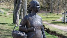 Amalia Eriksson var en fattig änka som 1859 fick tillstånd att driva ett bageri i Gränna. Hon uppfann polkagrisstången som blev en stor succé. Idag är polkagrisen en av våra mest kända svenska souvenirer. 1997 restes en staty i Gränna till minne av Amalia Eriksson och hennes gärning. Bronsstaty till minne av Amalia Eriksson (1824-1923), Gränna. Foto: Bengt Oberger, Wikipedia.