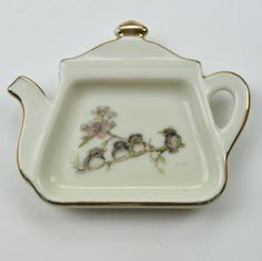 This tea bag holder was made by Enesco through licensee Mary Mugg. Created in this vintage piece features a design depicting four chicks sitting Enesco Figurines, Bag Holders, Cozy Cover, Home Bar Decor, Glass Butterfly, China Painting, Tea Infuser, Tea Cakes, Sachets