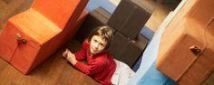 Zestaw miękkich pufów, które są jednocześnie meblem i zabawką. Inspiracją projektantki była układanka logiczna z klocków. Rozwija wyobraźnię przestrzenną i nakłania do działań kreatywnych. Od dziecka i rodziców zależy, czy wykorzystają pufy jako tor przeszkód, scenę, dom czy po prostu jako materac.  Projektant: Joanna Lisiecka, pufy dla dzieci RETRIS, 2011, wkrótce do kupienia na www.nowymodel.org