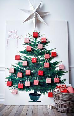 Geen plaats voor een kerstboom dan print je die gewoon op een linnendoek. Daarna versieren en klaar ben je :-)