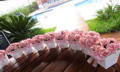 Vasinho em MDF cor branca, com mini rosas cor-de-rosa, vem junto com um tercinho dourado.  Pedido minimo 6 unidades  Detalhe do laço caprichado!  Ideal  para batizados,comunhão,noivado,casamento, decoração de sua casa, 15 anos, festa infantil e muito mais....  Disponivel nas cores: amarelo,branco,champagne,vermelho,lilas,roxo,laranja,rose e pink!   Voce escolhe tambem a cor da fita R$ 21,90