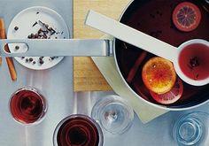 Das Grundrezept für Glühwein: Wein, Gewürze, Zitrusfrucht.