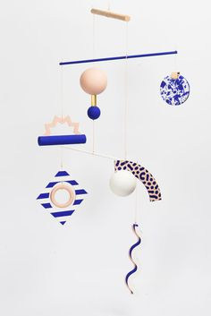 Art Mobile(s)' - by Paris se quema - Inspired by Bauhaus & Memphis art movements____ Memphis Art, Memphis Design, Mobiles Art, Hanging Mobile, Paper Mobile, Kinetic Art, Blog Deco, Art Plastique, Color Inspiration
