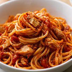 Un pesce azzurro versatile e leggero come lo sgombro, richiede sempre cotture leggere e non invasive. Oggi lo proponiamo abbinato ad uno spaghetto all'arrabbiata: il profumo del prezzemolo, la forza del peperoncino e del pomodoro, per un primo piatto semplice ma di grande impatto. Scoprite la ricetta su www.frescopesce.it/spaghetti-allarrabbiata-con-sgombro-fresco-grigliato