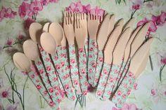 juego de cubiertos de madera (tenedores, cucharas y cuchillos). Medidas (16,50 centímetros), Fondo azul con rosas