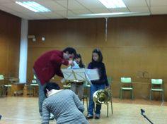 Érika i Carla durant l'audició de trompa del professor Miquel Giner (21-3-2013).