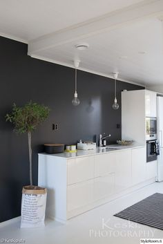cuisine noire et blanche, mur noir, sol blanc, cuisine blanche intérieur Scandinave Kitchen Interior, New Kitchen, Interior Design Living Room, Modern Interior, Kitchen Decor, Kitchen Black, Scandinavian Kitchen, Cuisines Design, Black Walls