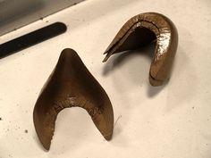 Die Schäfte von Damen- und Herrenschuhen werden an den Hinterkappen mit einem Lederfasergemisch verstärkt.