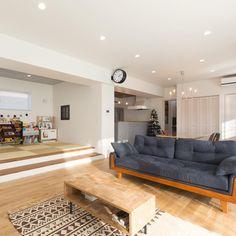 kiyoshi.tabuchiさんはInstagramを利用しています:「. . グッドモーニング*\(^o^)/* 今日は天気悪いやん😱 なんか久しぶりの雨☔️ . でも なんか たまには なんか いい感じ ☺️ . 今日は久しぶりに Cardigans 聴いて描き描きしよう . . さてほてさて 最近の住宅デザインについて とことん…」 Natural Interior, Sofa, Couch, Good House, Apartment Interior, Small Rooms, Great Rooms, Future House, Living Room