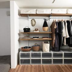 Provencal decoration: decorate your home with this style - Home Fashion Trend Organizar Closet, Muji Home, Ideas Hogar, Japanese Interior, Closet Bedroom, Bedroom Inspo, Minimalist Decor, Minimalist Scandinavian, Minimalist Living