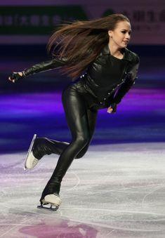 フィギュア世界選手権エキシビション | Moment日刊ゲンダイ Kim Yuna, Ice Skating, Figure Skating, Alina Zagitova, Emma Watson Sexiest, Beautiful Athletes, Sports Celebrities, Watercolor Fashion, Comics Girls