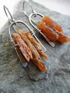 An interesting way of showing off stone chips in earrings