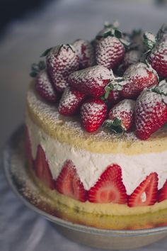 Bolo mousse de coco com morangos | Coconut mousse cake with strawberries