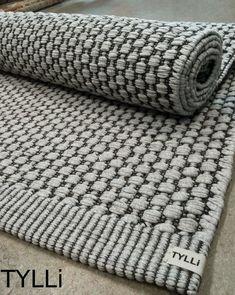 Vielä yksi Satakieli on kuoriutunut ja se lehahtaa muiden kaltaistensa kanssa pian omaan kotiin. Tämä tilausmatto on vaaleanharmaa ja... Designer Bed Sheets, Embroidery 3d, Weaving Designs, Woven Rug, Scandinavian Style, Merino Wool Blanket, Handicraft, Hand Weaving, Mosaic