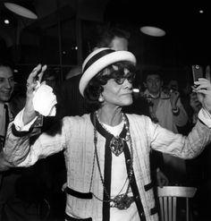 Un poco de humor y moda  para comenzar la semana. Selfie de  Madame Coco Chanel!!!