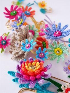 podkins:  Super prettykawaii crocheted flowers found via yaplog.jp Nice right?