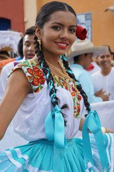 -Pinotepa Nacional. Hermosa Oaxaqueña National Pinotepa (Oaxaca). Beautiful oaxaqueña Traditional Mexican Dress, Traditional Dresses, Mexican Art, Mexican Style, Mexican Girls, Beautiful Latina, Beautiful People, Mexican Hairstyles, Mexican Costume