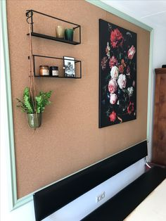 Kurk bord (kurk24), lijsten van Karwei, rekjes WOOOD Meert&  planthanger Sissy Boy Caravan, Home Office, Gallery Wall, Houses, Diy Crafts, Bedroom, Create, Kitchen, Home Decor