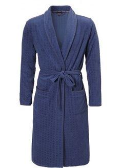 Een heerlijk warme en zachte heren badjas van Pastunette. De stof is blauw van kleur en heeft een honingraat patroon. De heren badjas heeft twee zakken en een koord om de middel.