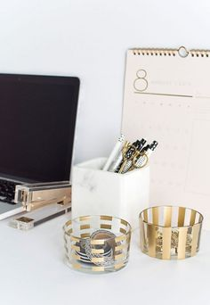 Fantastic DIY Gold Pattern Desk Organizers – Homey Oh My! The post DIY Gold Pattern Desk Organizers – Homey Oh My!… appeared first on Feste Home Decor . Diy Organizer, Desk Organization Diy, Diy Desk, Diy Storage, Organizing Ideas, Storage Ideas, Mesa Home Office, Home Office Decor, Gold Desk Accessories