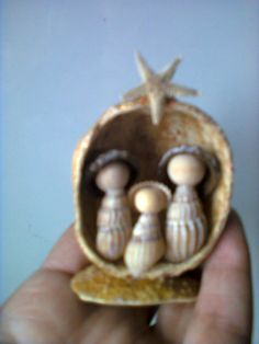 Galeria de Fotos :: ARTEPRES  - arte dos presépios Christmas Booth, Christmas Nativity Scene, Mini Christmas Tree, Coastal Christmas, Christmas Crafts, Christmas Ornaments, Christmas Manger, Sea Crafts, Seashell Crafts