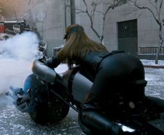 She's got some nice tricks! Dark Knight Rises Catwoman, The Dark Knight Rises, Batman The Dark Knight, Batman And Superman, Anne Hathaway Catwoman, Dc Comics, Batman Christian Bale, Dc World, Actrices Sexy