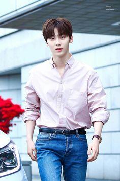황민현 © Right Full Owner Korean Entertainment, Pledis Entertainment, Minhyuk, Jinyoung, Shanghai, Nu Est Minhyun, Star K, Fandom, Kim Jaehwan