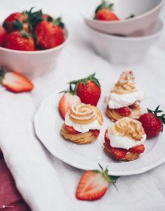 Windbeutel mit Erdbeeren und Vanillesahne - sommerliches, lufitges Rezept mit Brandteig ganz einfach selbermachen. Gelingsicheres Brandteigrezept mit Schritt für Schritt Beschreibung!