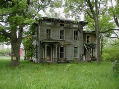old farm house.would love to get a hold of an old farm house and flip it Abandoned Farm Houses, Old Abandoned Buildings, Abandoned Property, Old Farm Houses, Abandoned Mansions, Old Buildings, Abandoned Places, Manor Houses, Creepy Houses