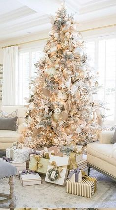 Elegant Christmas Trees, Flocked Christmas Trees, Christmas Tree Design, Christmas Tree Themes, Noel Christmas, Simple Christmas, Christmas Mantles, Traditional Christmas Tree, Vintage Christmas