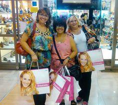 A la derecha, Graciela, junto a sus amigas posando felices con su compra en nuestra sucursal de San Martín 2379, en Santa Fe.