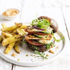 VE28 PORTOBELLO BURGER FRENCH FRIES-047 Halloumi, Hamburgers, French Fries, Tacos, Ethnic Recipes, Food, Zucchini, Salad, Hamburger