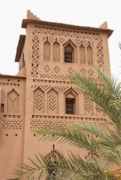 From Marrakech: Excursion to Ouarzazate and Ait-Ben-Haddou Islamic Architecture, Amazing Architecture, Landscape Architecture, Architecture Design, Oasis, Wallpaper Paisajes, Mud House, Photos Voyages, Marrakesh