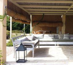 Persianas de esparto y sacos de lino en los sofás, preciosa combinación en Formentera