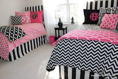 hot pink chevron dorm bedding + black chevron dorm room bedding = BEAUTY! www.decor-2-ur-door.com chevron craze