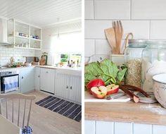 KJØKKENET: Kjøkkenet er bygget av en lokal snekker på skrog fra Ikea. Åpne hyller gir lys og romfølelse. Fargen på kjøkkeninnredningen har kode S 1005-B. NOSTALGISK: Norgesglass, tresleiver og gamle porselensboller er den del av hverdagen i dette huset. På kjøkkenbenken ligger det klart ingredienser, en del av dem fra hagen, til dagens dessert.