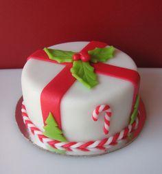 Mini Christmas Cake on Cake Central Christmas Birthday Cake, Mini Christmas Cakes, Christmas Cupcakes Decoration, Christmas Cake Designs, Christmas Sweets, Holiday Cakes, Holiday Desserts, Christmas Baking, Christmas Cookies