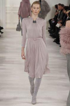 Показ Ральфа Лорена осень-зима 2014/2015 на Неделе моды в Нью-Йорке стал настоящим торжеством стиля.Ральф Лорен — американский модельер, дизайнер и предприниматель, кавалер ордена Почётного легиона, один из богатейших людей мира. Также Ральф Лорен является основателем компании Polo Ralph Lauren Corporation — это американская компания со штаб-квартирой в Нью-Йорке, производитель…