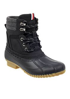e0d0601bfc083 The Raelene duck boots by Tommy Hilfiger are designed with a rubber  exterior and an interior