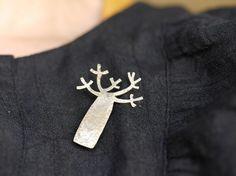へんてこ可愛いにぴったりのモチーフ「バオバブ」の真鍮ブローチです。 季節を問わず胸元を優しく飾ってくれます。大きさは写真でもおわかりいただけるかと思いますが、縦 約4cm 横 約3cm くらいです。お箱入りにてお届けしますのでプレゼントにもぴったりですね。(写真3参照)金具もしっかり取り付けていますので丈夫で一生もののブローチです。受注にて制作いたしますので、写真との若干の違いがでてきますことご了承下さい)素材:真鍮お手入れ方法は簡単です。(ご購入の際お手入れ方法のメモを同封いたします) Metal Jewelry, Metal Art, Handicraft, Brooch Pin, Jewelry Design, Pottery, Beads, Handmade, Gifts